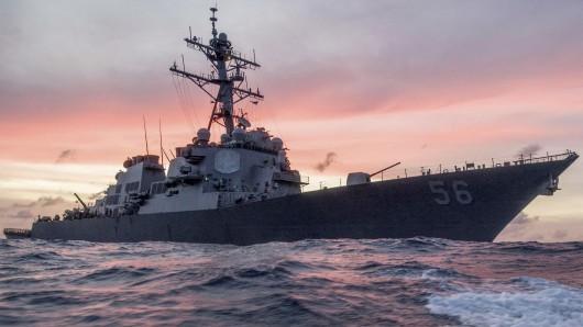 Der US-Zerstörer John S. McCain ist südlich von Singapur mit einem Tankschiff zusammengestoßen.