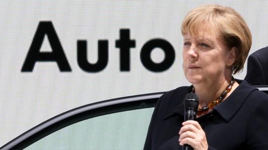 Jedes Jahr ist Merkel zu Gast auf der IAA. Dieses Jahr wünscht sie sich ein offensiveres Engagement für neue, saubere Antriebsarten.