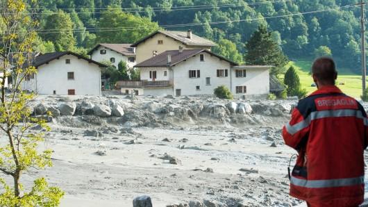 Schlamm und Gesteinsbrocken liegen am 23. August in Bondo im Kanton Graubünden (Schweiz). Am 3.369 Meter hohen Piz Cengalo hinter Bondo hatten sich Gesteinsmassen gelöst und waren ins Tal gedonnert. Es werden acht Menschen vermisst, die Einwohner des Dorfes wurden evakuiert.
