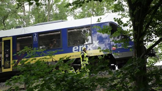 Die Rettungskräfte mussten eine steile Böschung überwinden, bevor sie zu dem Zug und den Fahrgästen kamen.