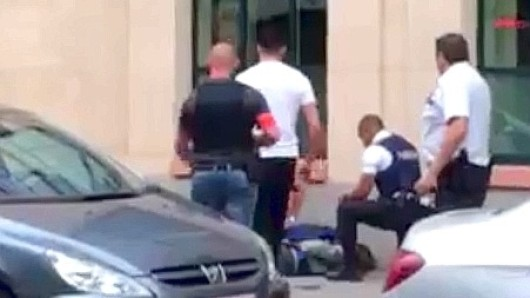 Einsatzkräfte der Polizei und ein Soldaten nehmen in der Innenstadt von Brüssel einen Angreifer fest.