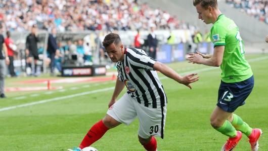 Zuletzt trafen der VfL und die Frankfurter Eintracht im Mai in der Bundesliga aufeinander - hier Yannick Gerhardt (l.) im Zweikampf gegen Shani Tarashaj.