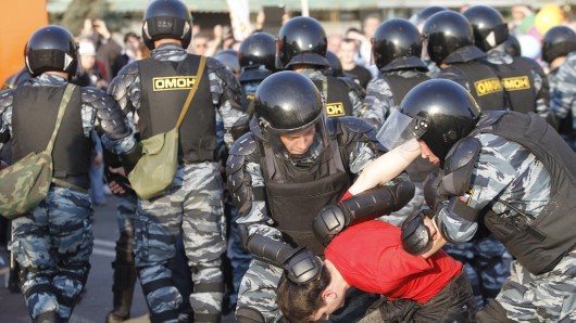 Polizeibeamte nehmen einen Demonstrationsteilnehmer fest (Archivbild).