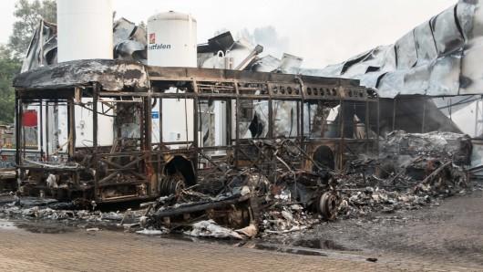 Mehrere Busse sind ein Raub der Flammen geworden.