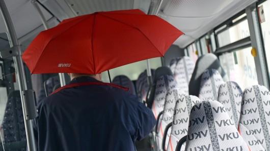 Zwei Fahrgäste wurden bei der Notbremsung des Busses verletzt (Symbolbild).