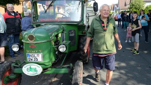 Der 81-jährige Trecker-Willi Winfried Langner  und sein 56 Jahre alter Deutz-Traktor beim Empfang am Sonntag in Lauenförde.
