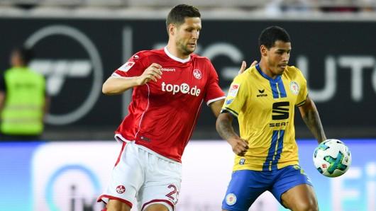 Kaiserslauterns Stipe Vucur (l.) und Braunschweigs Onel Hernandez versuchen an den Ball zu kommen.