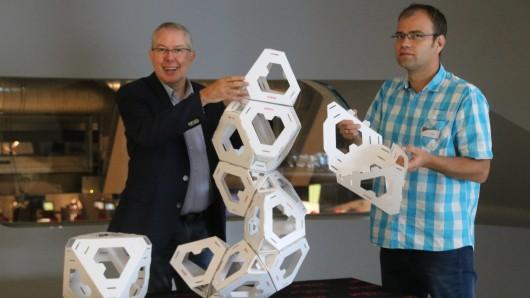 Michel Junge, Geschäftsführer des Phaeno, und Davy Champion, Projektleiter, zeigen, wie eine Skulptur entstehen kann.