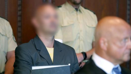 Wolfgang P., der der Reichsbürger-Bewegung angehört, trifft am 29. August, zu Prozessbeginn am Landgericht Nürnberg-Fürth in Nürnberg (Bayern) ein und steht hinter seinem Anwalt Michael Haizmann (r.). Der 49 Jahre alte Mann hat laut Anklage im Oktober 2016 bei einer Durchsuchung seines Wohnhauses im mittelfränkischen Georgensgmünd den Beamten eines Spezialeinsatzkommandos erschossen.
