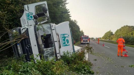 Von der Fahrbahn abgekommen, gegen die Böschung gefahren und umgekippt: Ein Lkw blockierte am Mittwochmorgen die A395 zwischen Flöthe und Wolfenbüttel-Süd.
