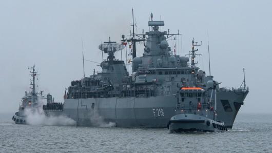 Die Fregatte Mecklenburg-Vorpommern hat 158 Menschen aus einem Schlepper-Boot im Mittelmeer gerettet (Archivbild).