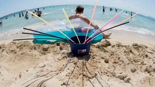 Wer jetzt entspannt am Mallorca-Strand chillen will, muss künftig tiefer in die Tasche greifen. (Symbolbild)