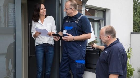Techniker der Partnerunternehmen von BS Netz bei der Erhebung: Sie weisen sich an der Haustür mit Dienstausweis aus und gleichen die persönliche Identifikationsnummer ab.