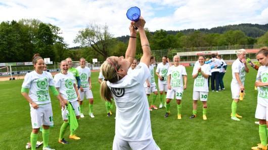 Die Wolfsburger Spielerinnen feiern den Gewinn der Deutschen Meisterschaft 2017 (Archivbild).