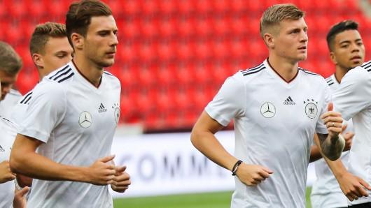 Abschlusstraining am 31.August in der Eden Arena in Prag (Tschechien). Die Spieler Leon Goretzka (l.) und Toni Kross machen sich mit ihren Teamkollegen warm.