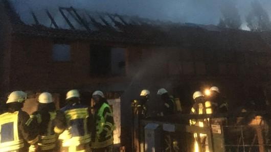 Im Dachbereich einer im Untergeschoss bewohnten Scheune in Ingeleben ist am frühen Samstagmorgen ein Feuer ausgebrochen.