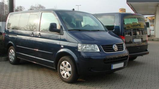 Einen VW Bus Multivan - allerdings mit brauner Lackierung - haben Unbekannte in Velpke gestohlen (Symbolbild).