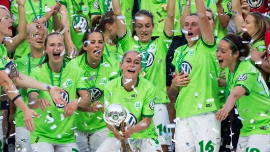 Die VfL-Frauen jubeln nach dem Sieg im DFB-Pokalfinale.