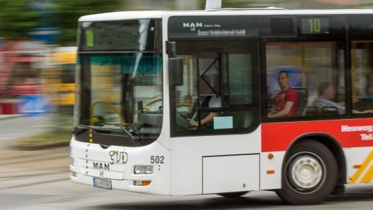 In einem Linienbus der Wolfsburger Verkehrs AG hat ein betrunkener Fahrgast die Fahrerin mit einem Faustschlag ins Gesicht verletzt (Symbolbild).