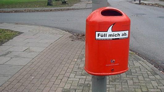 Zwei Männer und ein Mülleimer - der Fall aus dem Wolfsburger Schachtweg beschäftigt die Ermittler (Symbolbild).