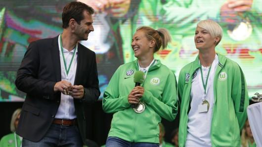 Der Sportliche Leiter Ralf Kellermann mit Zsanett Jakabfi und Nilla Fischer am Samstag am Rande der Ehrung während des Tsgs der Niedersachsen.