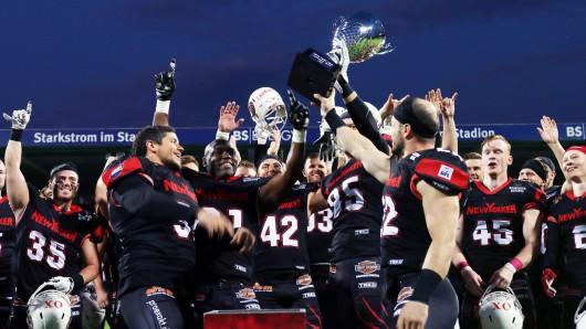 Die Lions mit ihrem Nordmeister-Pokal.