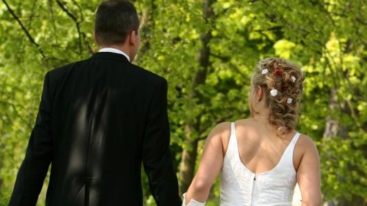 Ein Hochzeitspaar (Symbolfoto).