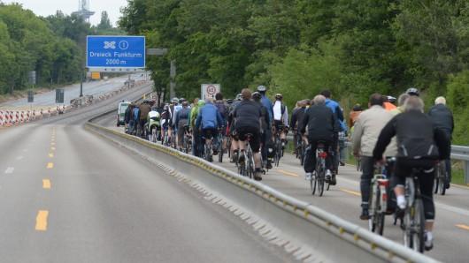 Radler auf der Autobahn - sonst nur bei besonderen Aktionstagen erlaubt (Archivbild).