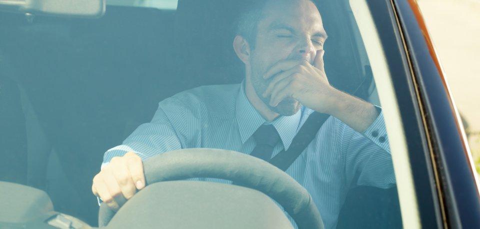 Der Autofahrer geriet vor Müdigkeit in den Gegenerkehr. (Symbolbild)