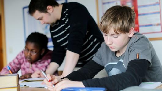Heute sagt Kultusminister Grant Hendrik Tonne (SPD), wie viele neue Lehrer im kommenden Halbjahr eingestellt werden (Symbolbild).