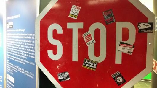 Aufkleber mit rechtsradikalen Inhalten auf Verkehrsschildern.