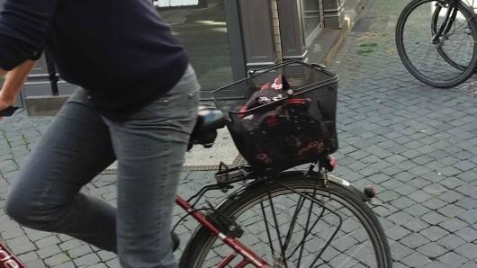 Der Dieb hatte der Frau die Hausschlüssel aus dem  Fahrradkorb geklaut, anschließend war er mit Hilfe des Schlüssels in die Wohnung der Braunschweigerin eingestiegen (Symbolbild).