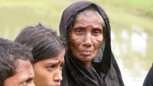 Müde und hungrig ist diese ältere Frau nach ihrem langen Weg ins Flüchtlingslager von Kutupalong (Bangladesch).