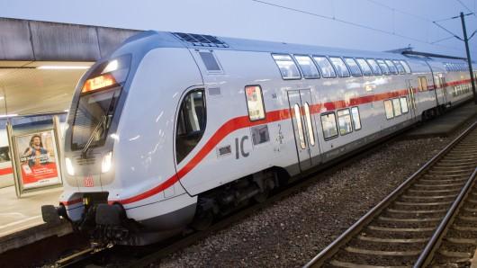 Ein Autoreifen auf den Bahngleisen hat den Notstopp eines von Wolfsburg kommenden Intercity ausgelöst (Symbolbild).