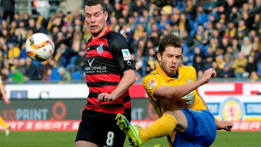 Braunschweigs Ken Reichel (r.) und Duisburgs Thomas Bröker kämpfen am 25. Spieltag der Saison 2015/16 um den Ball (Archivbild).