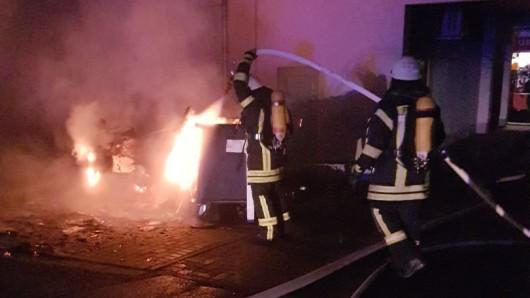 Die Feuerwehr Wolfenbüttel beim Löschen eines Mülltonnenbrandes.