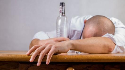 Der Mann war beim Feiern in seiner Wohnung eingeschlafen (Symbolbild).