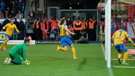 Ken Reichel (m.) bejubelt sein 2:0 mit Domi Kumbela (r.). Unions Torwart Daniel Mesenhöler liegt am Boden.