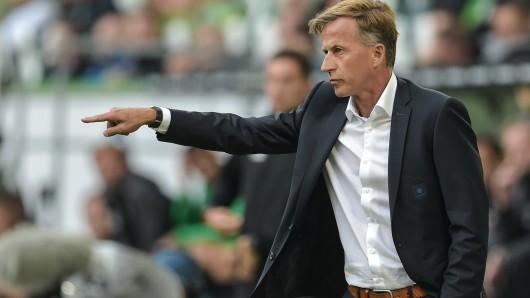 3. Spieltag am 09.09.2017 in der Volkswagen Arena in Wolfsburg (Niedersachsen). Wolfsburgs Trainer Andries Jonker gestikuliert kurz vor Spielende.
