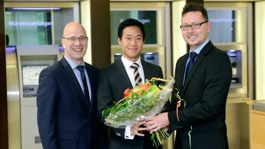 Die drei von der Bank: Der Peiner Direktionsleiter Stefan Honrath (l.) und der für die Geschäftsstellen im Peiner Südkreis verantwortliche Marcel Lang (r.) empfangen den neuen Filialleiter Quoc-Duc Pham mit einem Blumenstrauß.