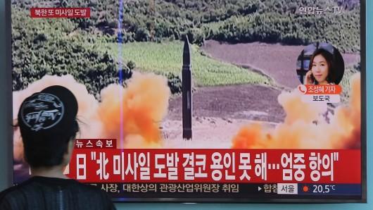 Eine Frau verfolgt am 15. September in Seoul (Südkorea) in einer Bahn-Station eine Fernsehübertragung, die Archivbilder eines nordkoreanischen Raketentests zeigt.