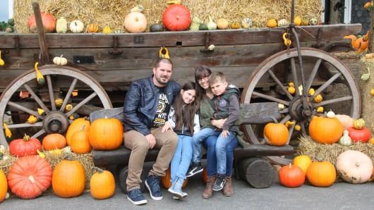 Joachim (44), Emma (7), Claudia (39) und Mika (5): Familie Clod aus Wolfenbüttel macht auf Durchreise einen Stop auf dem Fest. Wie jedes Jahr kaufen sie einen großen Deko-Kürbis zum Aushöhlen.