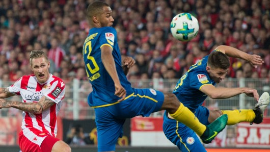 Alarm im Eintracht-Strafraum: Unions Sebastian Polter (l) schießt, Louis Samson (m) und Tim Robin Becker (r) versuchen abzuwehren.