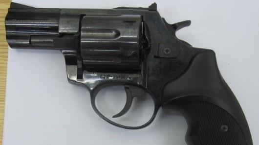 Mit diesem Revolver war der Mann bewaffnet, den Polizeibeamte am Freitagmorgen in Magdeburg aus einem Zug holten.
