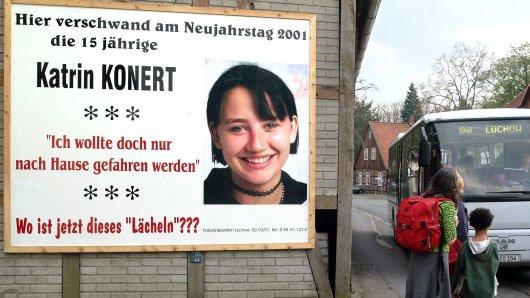 Mit diesem Plakat an einer Bushaltestelle hat die Polizei kurz nach dem Verschwinden nach der Schülerin gefahndet. Nun sorgt eine mysteriöse Kreide-Botschaft für neue Bewegung in dem Fall.