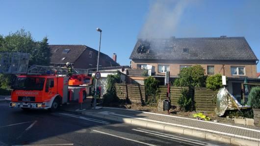 Immer wieder steigt Rauch und Qualm aus der zerstörten Haushälfte.