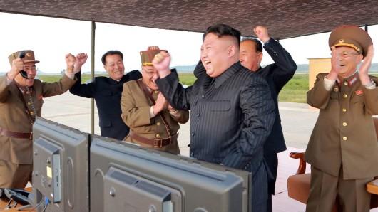 Das von der staatlichen Korean Central News Agency am Samstag freigegebene Foto zeigt den nordkoreanischen Machthaber Kim Jong Un und Gerneräle angeblich nach dem jüngsten Raketentest, bei dem ein Flugkörper 3.700 Kilometer weit über Japan hinweggeflogenist.