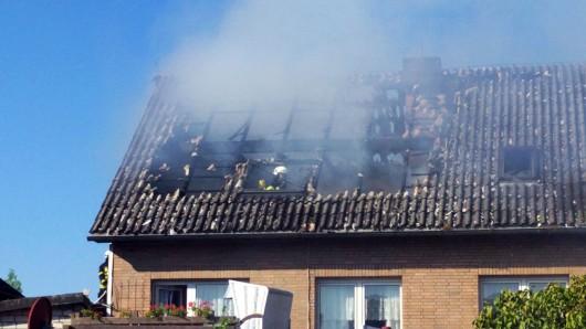 Im Dachstuhl des Hauses haben die Wehrleute das bis jetzt noch nicht identifizierte Brandopfer entdeckt.