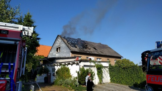Noch Stunden nach dem eigentlichen Brand stieg immer wieder Rauch aus dem zerstörten Dachstuhl auf.