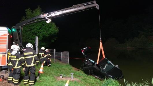 Bis weit in den späten Abend zog sich die Bergung des in den Mittellandkanal gestürzten Wagens.